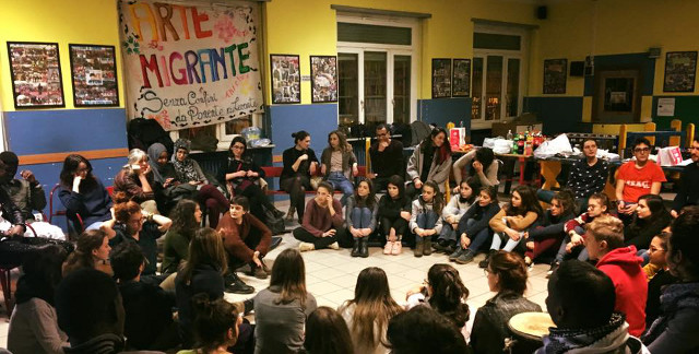 Persone sedute in cerchio Arte Migrante