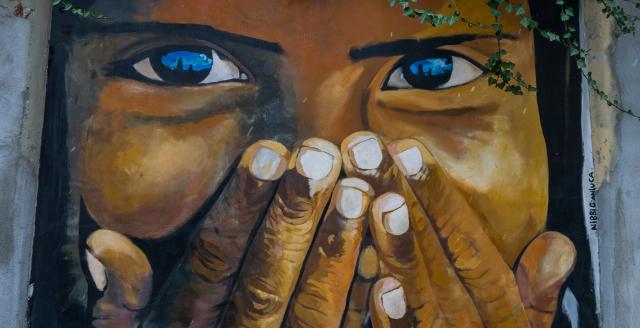 Volto ragazza con mani sul viso - Arte urbana Campidoglio