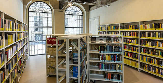 Interno di biblioteca