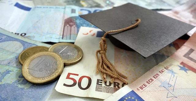Monete e banconote euro con cappello laurea