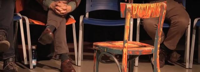 Gambe di uomini seduti su sedie Cerchio degli uomini
