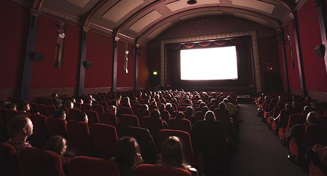 Sala cinematografica con pubblico durante uno spettacolo - cinema