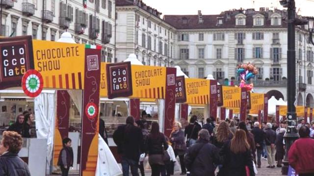 Torino piazza Vittorio stand Cioccolatò pubblico