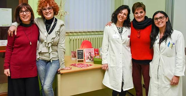 Cinque donne abbracciate, di cui due in camice - Consultorio Giovani