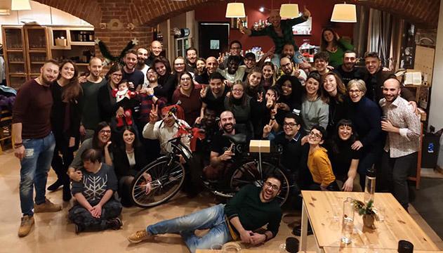 Gruppo di persone in posa per la foto - Cooperativa Raggio