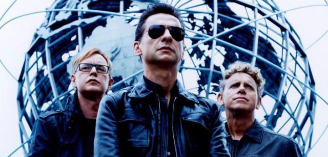 Uomo in rimo piano con altri due uomini dietro - Depeche Mode