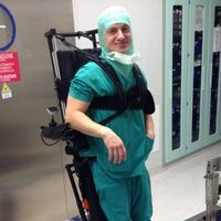 Dolfin opera in sala operatoria grazie a una speciale carrozzina verticalizzante
