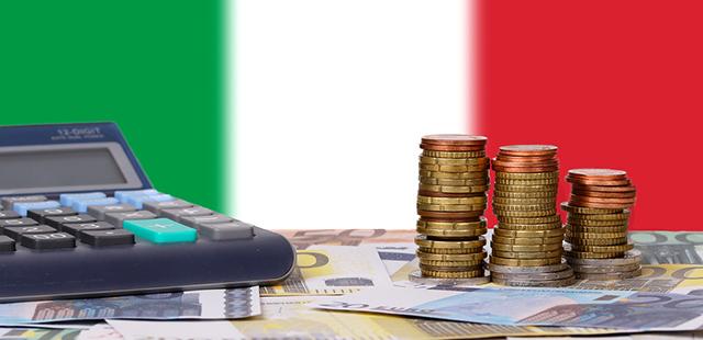 calcolatrice e soldi davanti a bandiera italiana