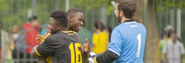 Ragazzi stranieri che giocano a calcio