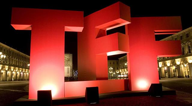 Lettere TFF giganti rosse in piazza a Torino - Torino Film Festival