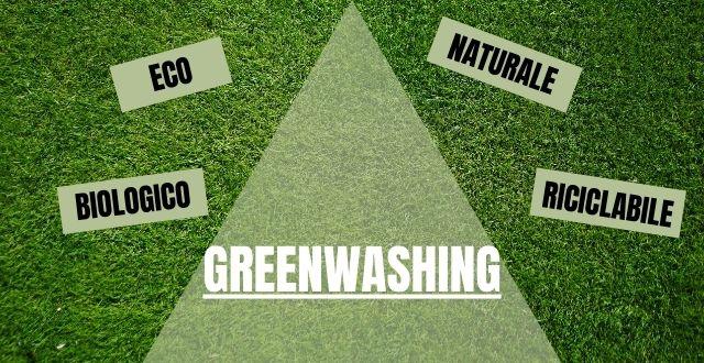 Superficie verde e scritte greenwashing, eco, biologico, naturale, riciclabile