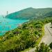 Strada lungo la costa con mare e colline - on the road