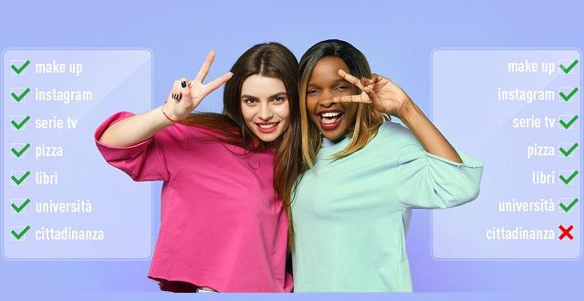 Ragazza bianca e ragazza nera fanno gesto vittoria con grafiche x cittadinanza - ius soli