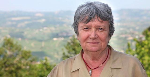 Donna con capelli corti grigi e camicia beige - Margherita Oggero
