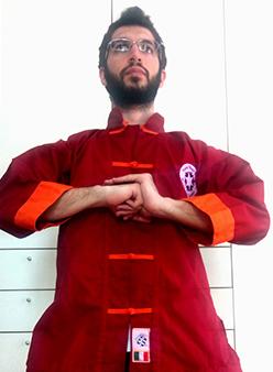 Uomo con casacca orientale rossa in posa arti marziali - martial art therapy