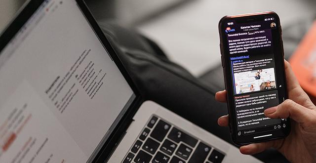 Portatile aperto e mano che tiene cellulare - Newsletter