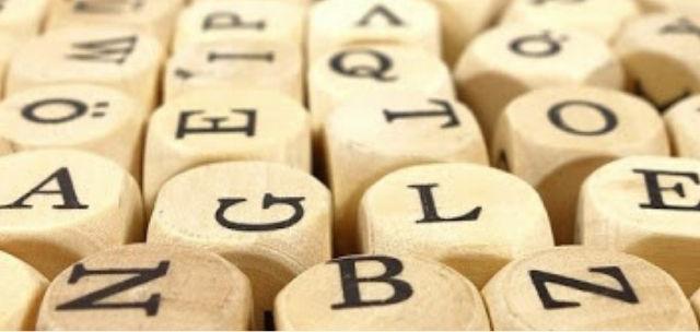 Dati con lettere in stampatello sulle facce