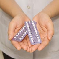 Mani che tengono blister di pillole