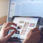 Mani su tablet con fondo schermo portatile - professioni digitali