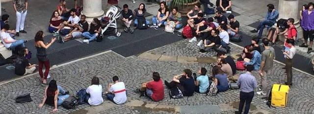 Persone sedute in cerchio presidio contro il numero chiuso a Psicologia