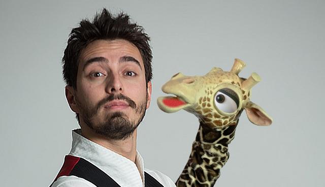Ragazzo e giraffa pupazzo - Rafael Voltan ventriloquo