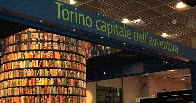 Torre di libri nello stand della Città di Torino al Salone del Libro