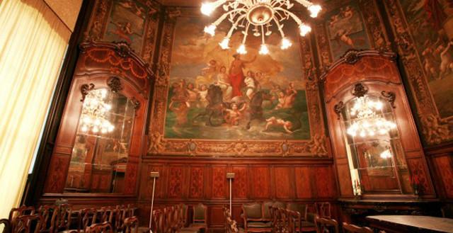 Salone barocco con dipinti, specchi e un grande lampadario - Sala Gonin