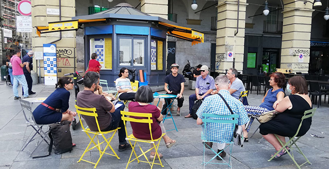 Persone sedute in circolo - Spaccio di Cultura
