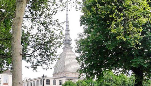 Parco con alberi e Mole Antonelliana sullo sfondo