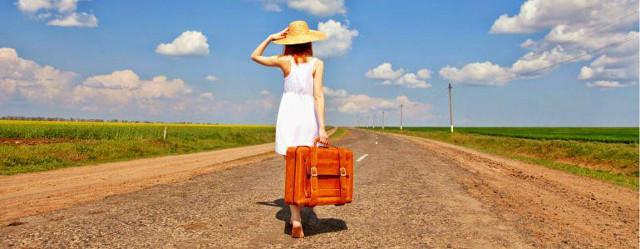 Ragazza con valigia sulla strada - Guida