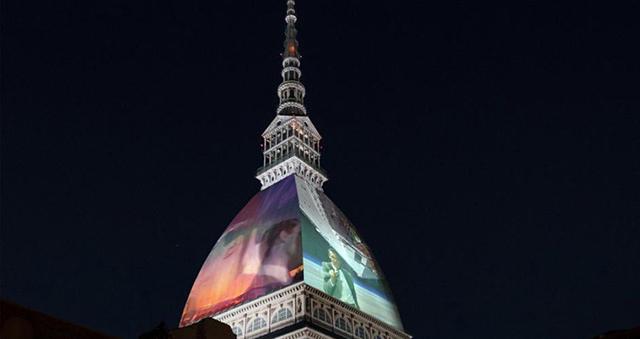 Mole Antonelliana di notte con proiezioni sulla cupola
